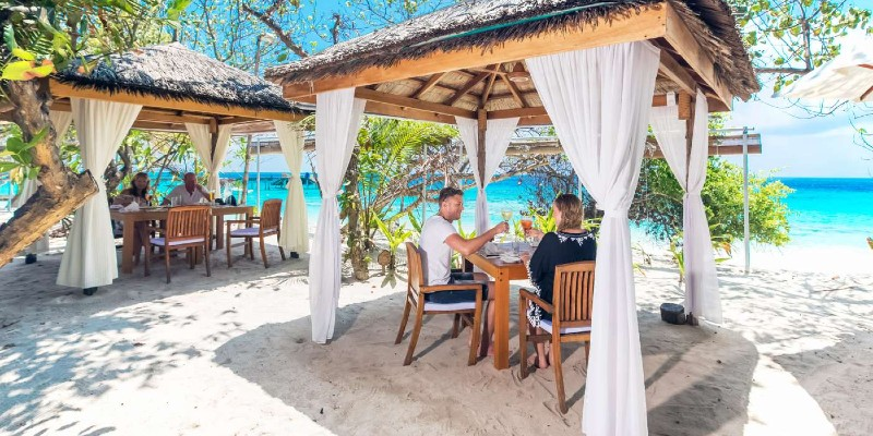 beach dining at Reethi Beach Resort
