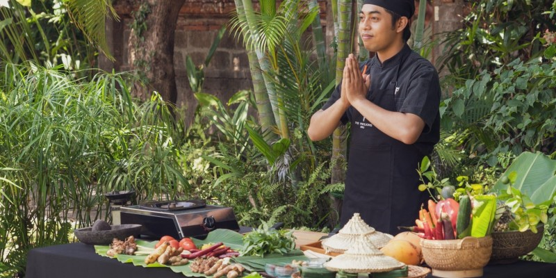 Master chef leads a Balinese cooking class